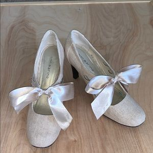Bow heel shoes